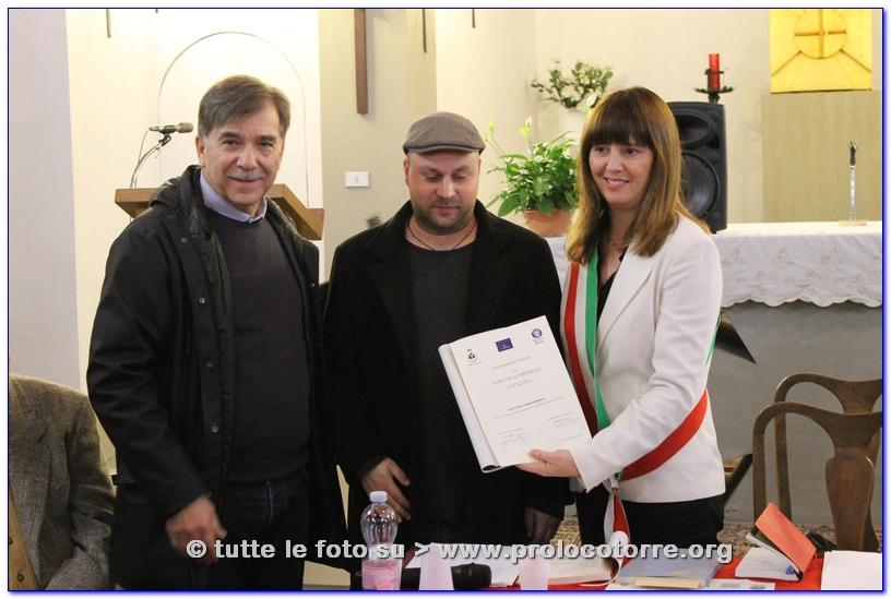 Simone Gabrielli riceve la pergamena dal Vicesindaco di Fucecchio