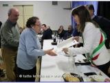 La Maestra Giovanna Lotti Billeri riceve la pergamena dal vicesindaco di Fucecchio